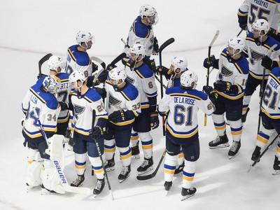 Hráči Blues oslavujú triumf