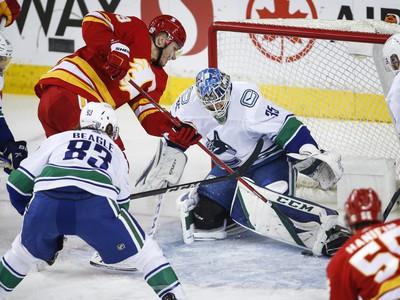 Matthew Tkachuk sa snaží doraziť puk do brány Vancouveru