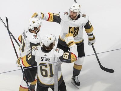 Hráči Las Vegas sa radujú z gólu