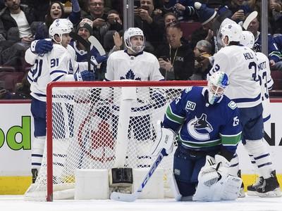 Hráči Maple Leafs sa tešia z gólu proti Vancouvru
