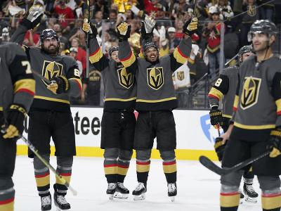 Hokejisti Vegas oslavujú víťazstvo v zápase a postup ďalej