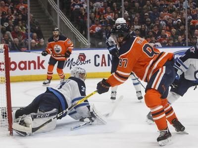 Connor McDavid skóruje do siete Winnipegu