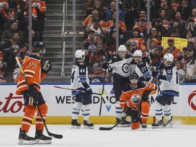 Hráči Winnipegu Jets oslavujú gól do siete Edmontonu