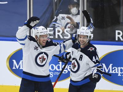 Hráči Winnipegu sa radujú z gólu