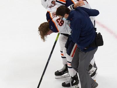 Zranený Tyler Ennis opúšťa