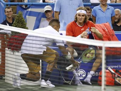 Austrálsky tenista Nick Kyrgios nesie tenisky Grékovi Stefanosovi Tsitsipasovi