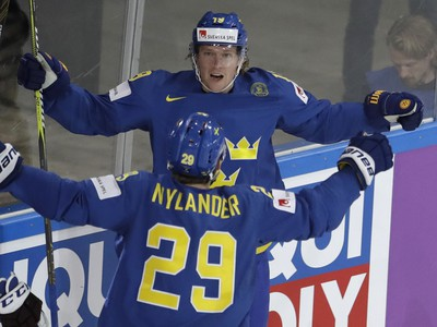 Švédsky hokejista Nicklas Bäckström (vzadu) sa teší po góle so spoluhráčom Williamom Nylanderom
