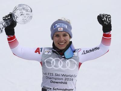 Rakúska lyžiarka Nicole Schmidhoferová pózuje s malým glóbusom, ktorý získala za celú sezónu po pretekoch v zjazde Svetového pohára v alpskom lyžovaní v andorrskom Soldeu
