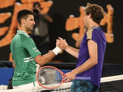 Novak Djokovič a Talyor Fritz po zápase v treťom kole Australian Open