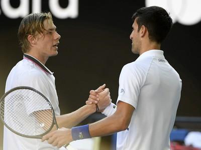 Denis Shapovalov a Novak Djokovič po zápase