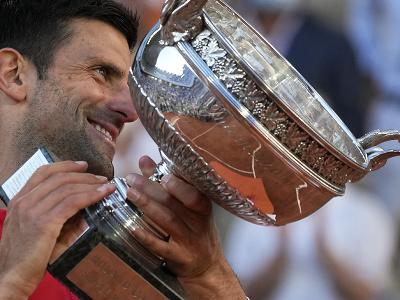 Novak Djokovič s trofejou pre víťaza Roland Garros