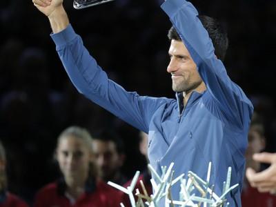 Novak Djokovič s trofejou pre porazeného finalistu