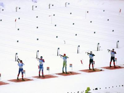 Biatlonisti počas štafety v Oberhofe