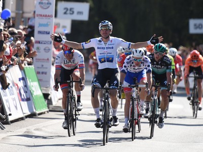 Na snímke v popredí Talian Elia Viviani z Deceuninck–Quick-Stepu víťazí v záverečnej 4. etape 63. ročníka cyklistických pretekov Okolo Slovenska v Senici