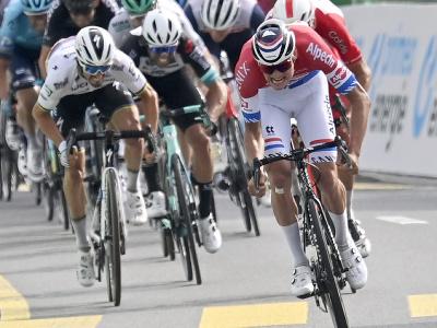 Holandský cyklista Mathieu van der Poel oslavuje v cieli po víťazstve 3. etapy cyklistických pretekov Okolo Švajčiarska