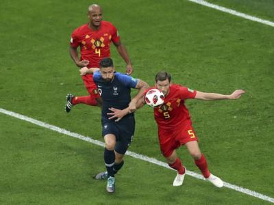Jan Vertonghen a Olivier Giroud v súboji o loptu