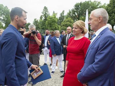 Na snímke prezidentka SR Zuzana Čaputová (uprostred), generálny sekretár Slovenského olympijského a športového výboru (SOŠV) Jozef Liba