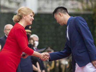 Na snímke prezidentka SR Zuzana Čaputová (vľavo) a  reprezentant v stolnom tenise Jang Wang počas slávnostného sľubu