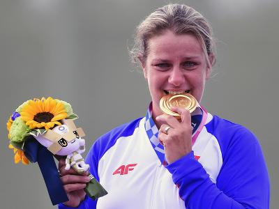 Slovenská strelkyňa Zuzana Rehák Štefečeková sa teší na pódiu zo zisku zlatej medaily po triumfe vo finále trapu na XXXII. letných olympijských hrách v Tokiu