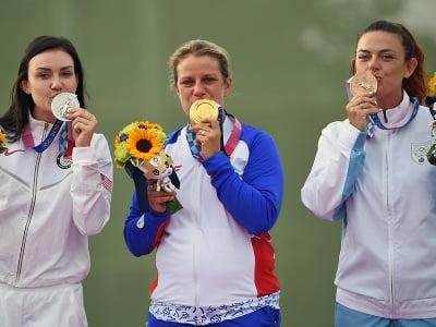 Na snímke slovenská strelkyňa Zuzana Rehák Štefečeková (uprostred) sa teší zo zisku zlatej medaily po triumfe vo finále trapu na XXXII. letných olympijských hrách v Tokiu