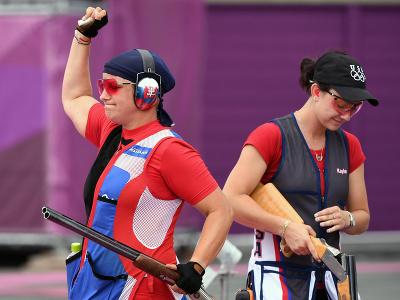 Slovenská strelkyňa Zuzana Rehák Štefečeková (vľavo) sa teší zo zisku zlatej medaily po triumfe vo finále trapu na XXXII. letných olympijských hrách v Tokiu