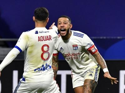 Houssem Aouar a Memphis Depay oslavujú gól Lyonu