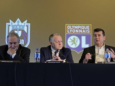 Jean-Michel Aulas (v strede)