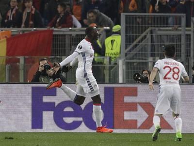 Na snímke uprostred hráč Lyonu Mouctar Diakhaby oslavuje svoj úvodný gól