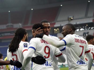 Futbalisti Lyonu oslavujú víťazstvo
