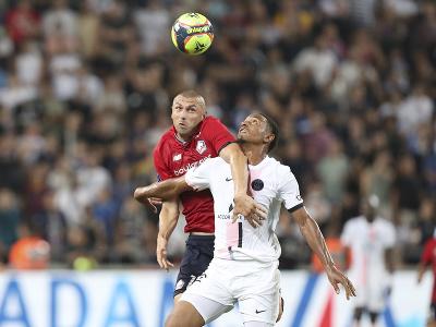 Abdou Diallo a Burak Yilmaz v hlavičkovom súboji