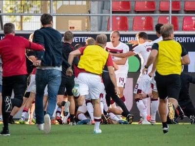 Futbalisti Norimbergu oslavujú po