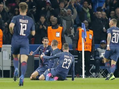 Hráči PSG oslavujú gól do siete Barcelony