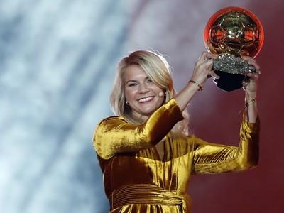 Nórska futbalová útočníčka a hráčka tímu Olympique Lyonnais Ada Hegerbergová s víťaznou trofejou v kategórii žien v ankete Zlatá lopta France Football 2018 v Paríži