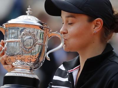 Ashleigh Bartyová s víťaznou trofejou