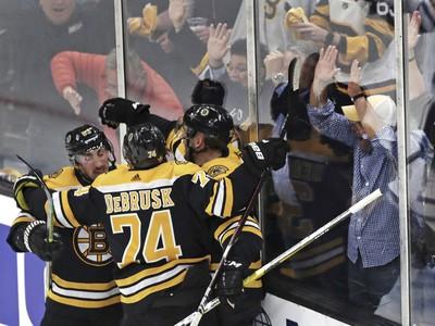 Fanúšikovia Bostonu Bruins oslavujú