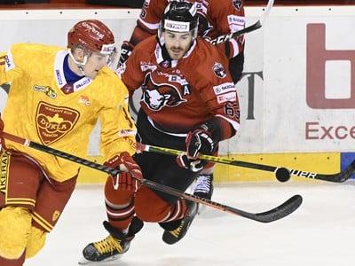 Erik Urban (HK Dukla Trenčín) a Patrik Lamper (HC'05 Banská Bystrica) v súboji o puk