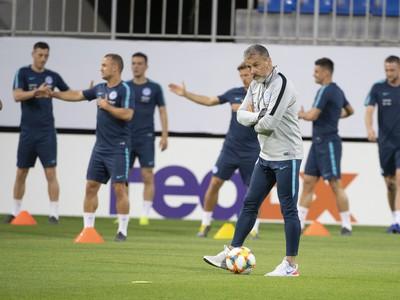 Na snímke v popredí tréner Pavel Hapal počas tréningu slovenskej futbalovej reprezentácie pred utorňajším kvalifikačným stretnutím Azerbajdžan - Slovensko o postup na ME 2020