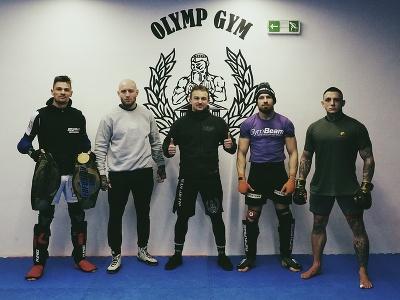 Pavol Kuruc (v strede) so skvelými zápasníkmi
