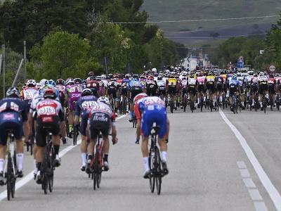 Cyklistický pelotón počas 8.