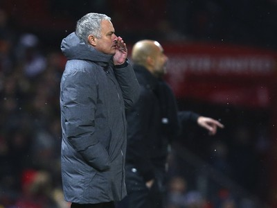 José Mourinho, v pozadí