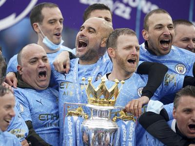 Pep Guardiola oslavuje zisk