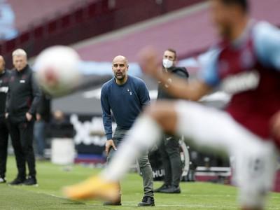 Pep Guardiola sleduje dianie na ihrisku