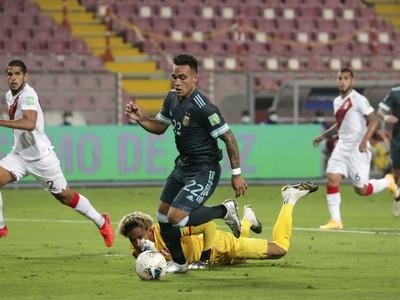 Lautaro Martínez strieľa gól do siete Peru