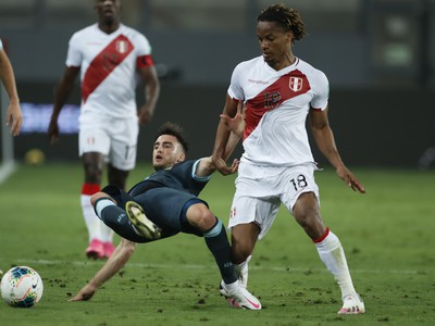Nicolás Tagliafico padá na zem po súboji s Peruánčanom Carillom