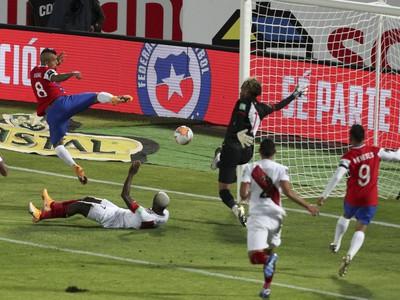 Arturo Vidal strieľa gól do siete Peru