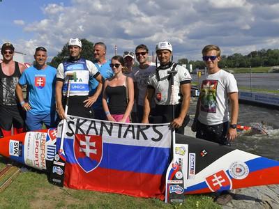 Na snímke slovenskí pretekári kategórie C2 Ladislav (tretí vľavo) a Peter (druhý vpravo) Škantárovci pózujú s fanúšikmi