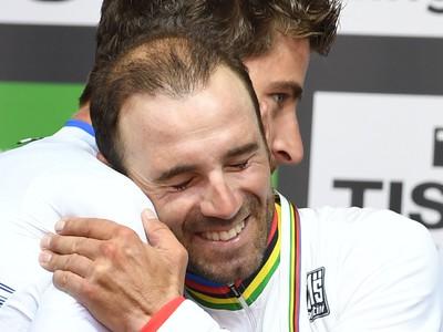 Na snímke vľavo slovenský cyklista Peter Sagan gratuluje Španielovi Alejandrovi Valverdemu na pódiu po zisku titulu majstra sveta a víťazstve pretekov mužskej kategórie Elite na majstrovstvách sveta v cestnej cyklistike v  rakúskom Innsbrucku