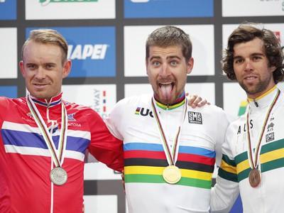 Peter Sagan (v strede) s Alexandrom Kristoffom (vľavo) a bronzovým Michaleom Matthewsom (vpravo).