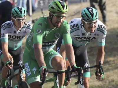 Na snímke uprostred slovenský cyklista Peter Sagan v zelenom drese vedúceho pretekára v priebežnom poradí v bodovacej súťaži spolu s kolegami z tímu Bora-Hansgrohe
