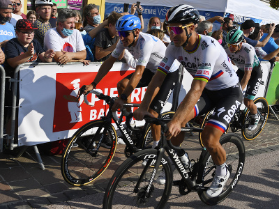 Na snímke vpravo Peter Sagan z tímu Bora – Hansgrohe počas prehliadky trate